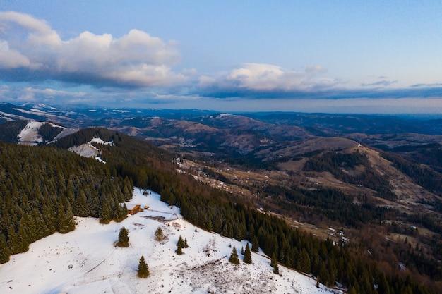 Morgen in den bergen. karpaten ukraine, luftaufnahme.