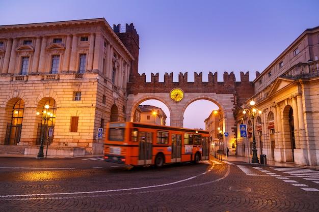 Morgen in den straßen von verona in der nähe des kolosseums arena di verona. italien.