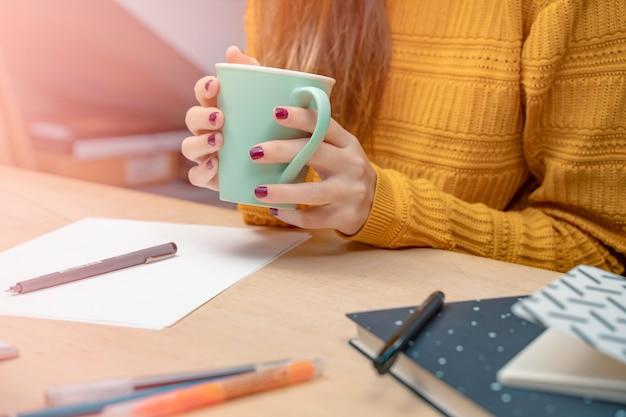 Morgen in einem kreativstudio grafikdesign mock-up-bildschirme brillen stifte tastatur büro