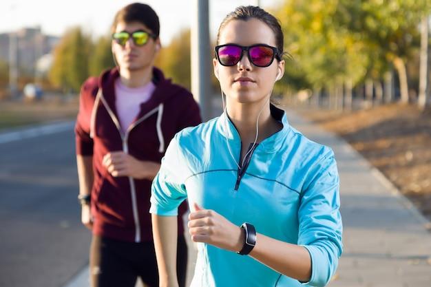 Morgen joggen durch die straße
