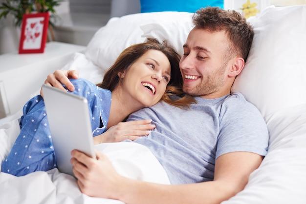 Morgen lacht mit digitalem tablet