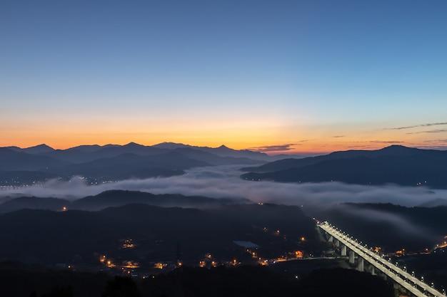 Morgen sonnenaufgang mit nebel