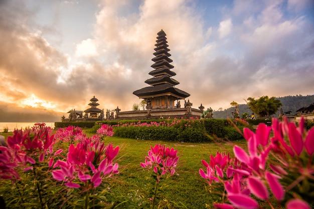 Morgen-sonnenaufgang pura uluns danu bratan, hindischer tempel im bratan see bali, indonesien