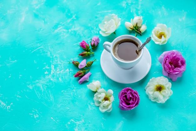 Morgen-tasse kaffee- und rosenblumen auf hellem hintergrund
