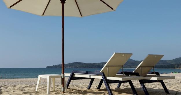 Morgen tropischer strand, sandstrand mit liegestühlen