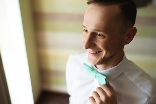Morgenbräutigam, bräutigam in einem hemd, hochzeitstag.