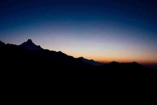 Morgendämmerung in den bergen (hintergründe, mockup, verschwommen)