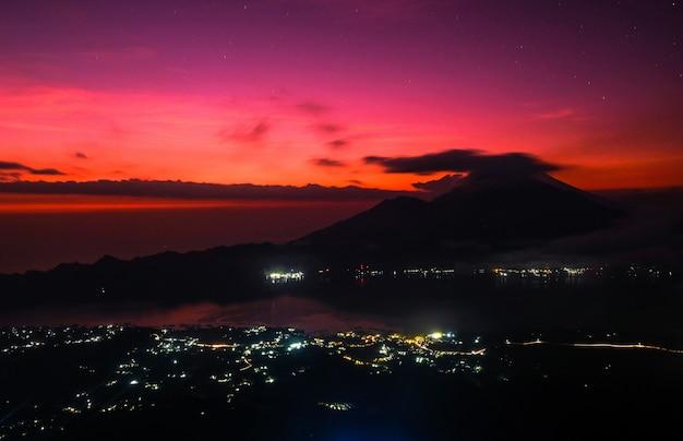 Morgendämmerung mit blick auf den vulkan agung, bali, wunderschöner sonnenaufgang