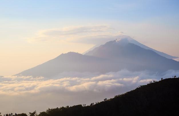 Morgendämmerung mit blick auf den vulkan agung, bali