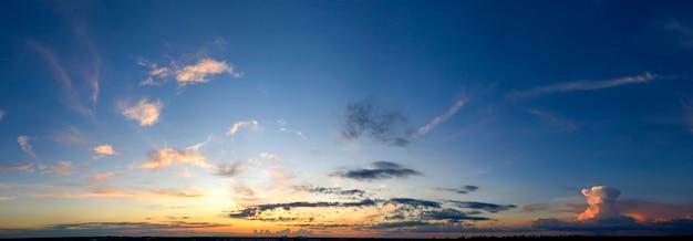 Morgendämmerung oder sonnenuntergang, panorama. drohnenansicht des hellen wolkenhimmels und der sonne.