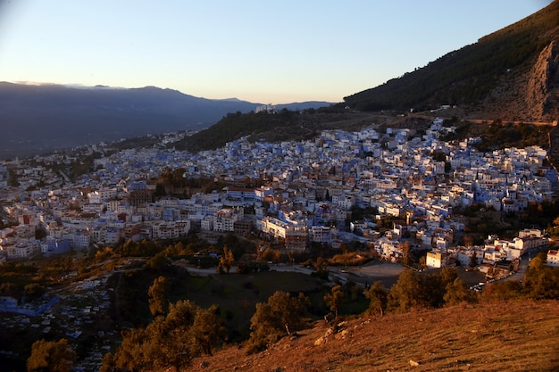 Morgendämmerung über der stadt chefchaouen marokko