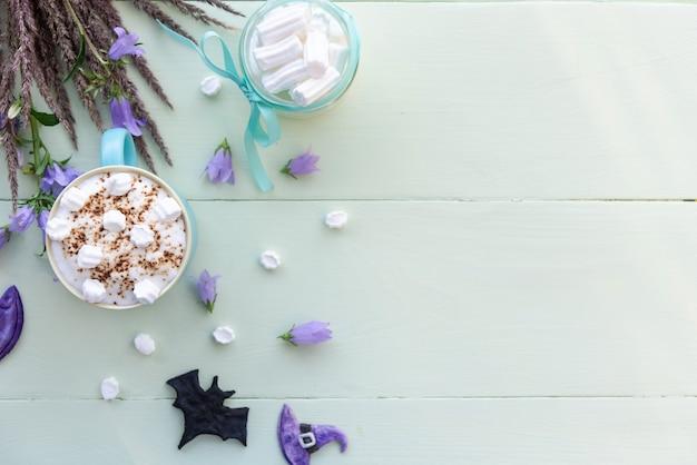 Morgenfeiertagskaffee für halloween mit marshmallows
