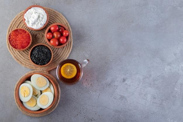 Morgenfrühstück auf marmorhintergrund gelegt.