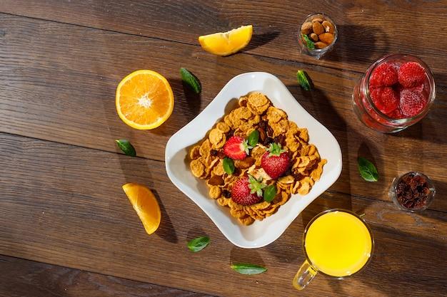Morgenfrühstück mit cornflakes und früchten