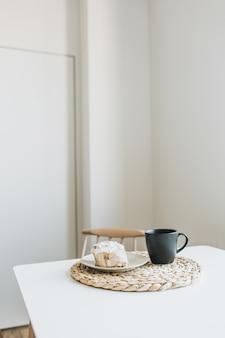 Morgenfrühstück mit kaffee und dessert auf dem tisch.