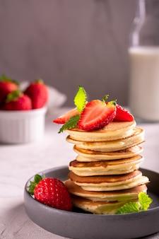 Morgenfrühstück mit pfannkuchen und erdbeere