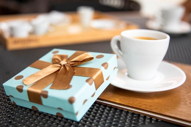 Morgengeschenk mit einer tasse kaffee