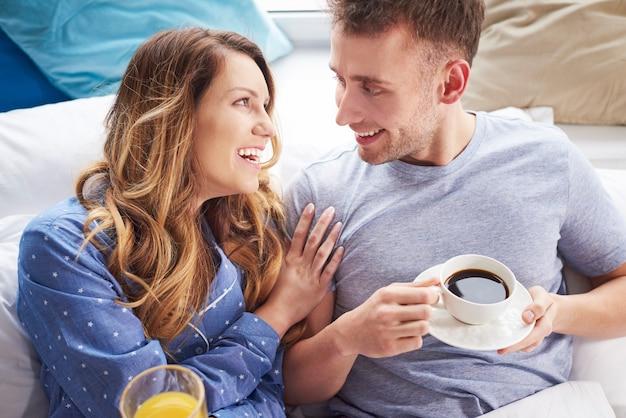 Morgengespräche trinken saft und eine tasse kaffee
