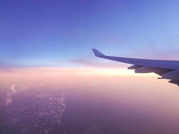 Morgenhimmelansicht vom fenster des flugzeuges.