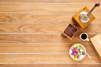 Morgenkaffee auf hölzernem mit macarons Keks