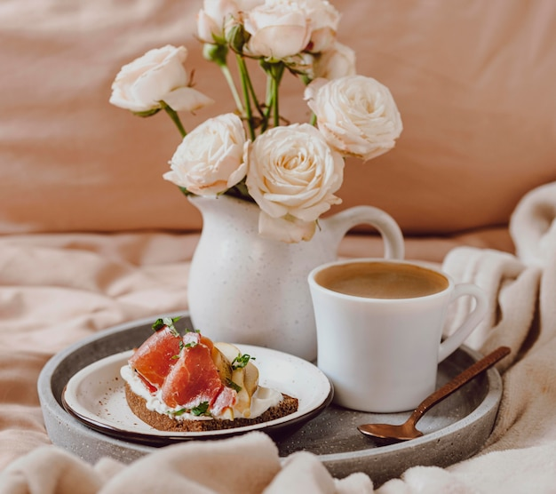 Morgenkaffee auf tablett mit grapefruit und sandwich
