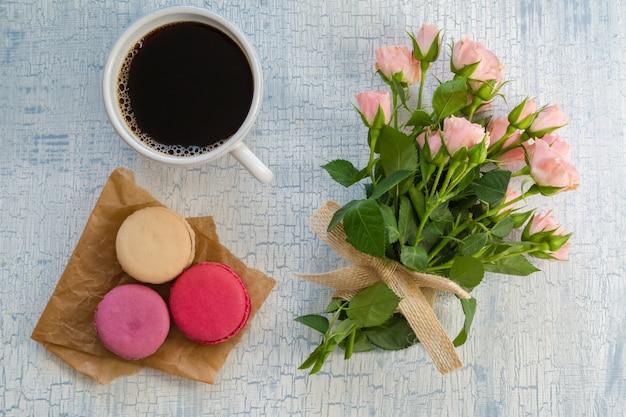 Morgenkaffee, blumen und makronen