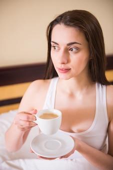 Morgenkaffee für ein schönes mädchen, das aufgewacht ist.