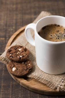 Morgenkaffee im weißen becher und in den plätzchen