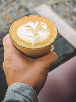 Morgenkaffee latte in einem klaren glas.