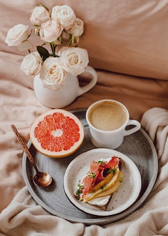 Morgenkaffee mit grapefruit und sandwich