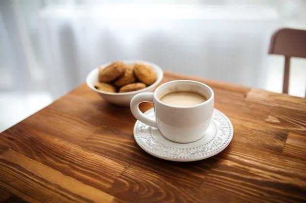 Morgenkaffee mit keksen auf dem holztisch