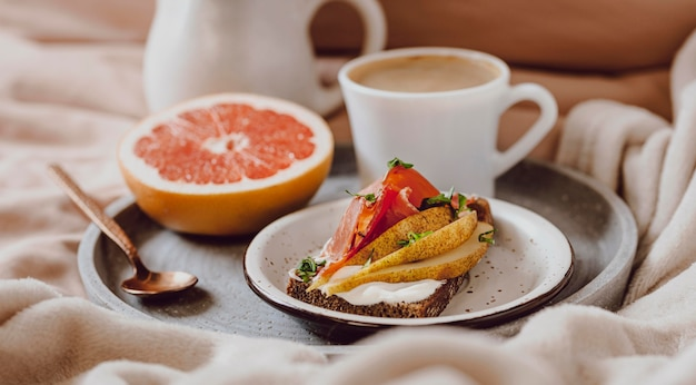 Morgenkaffee mit sandwich und grapefruit