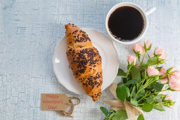 Morgenkaffee und blumen