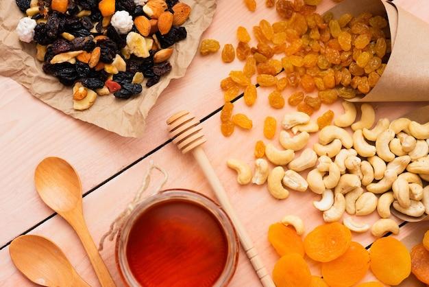 Morgenkaffee und verschiedene getrocknete früchte mit nüssen und honig zum frühstück.