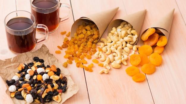 Morgenkaffee und verschiedene getrocknete früchte mit nüssen zum frühstück.