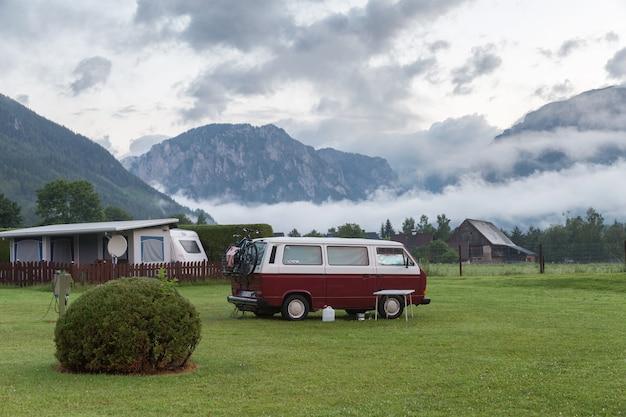 Morgenlandschaft mit einem kampieren in den bergen
