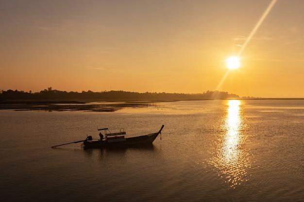 Morgenlicht an einem pier in krabi, thailand