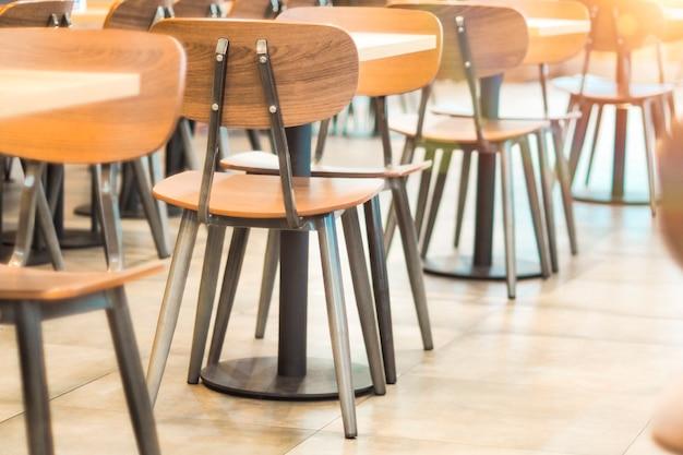 Morgenlicht durch reihen von leeren tischen und stühlen im café-restaurant?