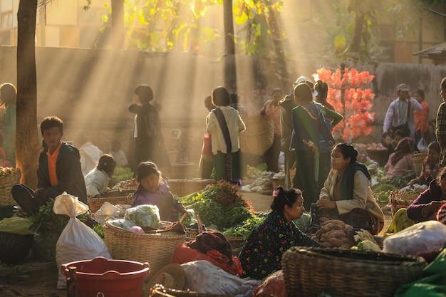 Morgenmarkt bei yong mit sonnenstrahl, dieser ist lokaler markt, der reis, fisch, gemüse und blumen verkauft