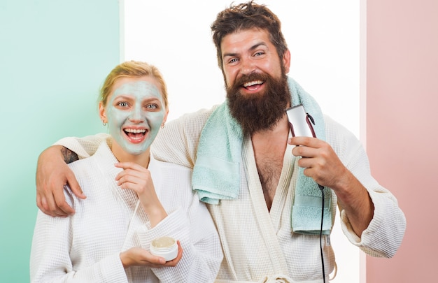 Morgenprozeduren. glückliches paar im badezimmer. mann und frau erwachen. familienleben.