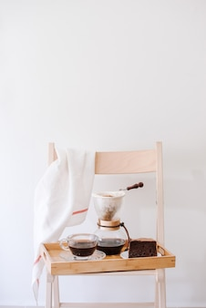 Morgens im wohnzimmer seines hauses heißen kaffee servieren