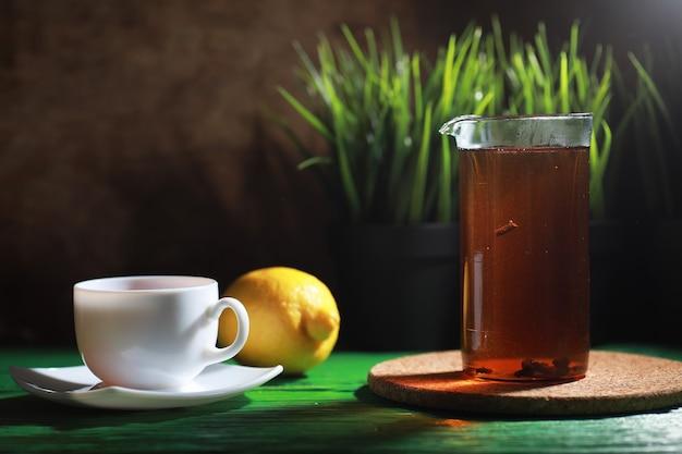 Morgens tee auf einem holztisch zubereiten