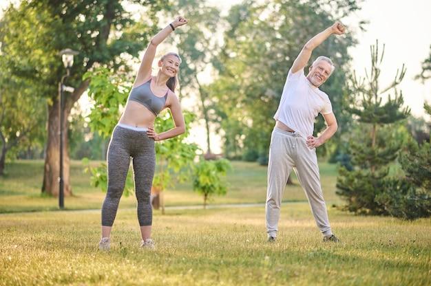 Morgens trainieren. ein älteres paar trainiert im park