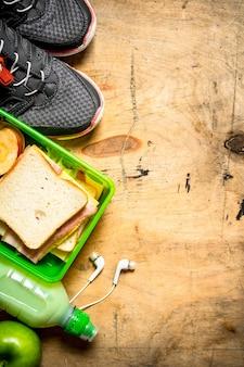 Morgenset sandwiches mit schinken und käse, milchshake und obst