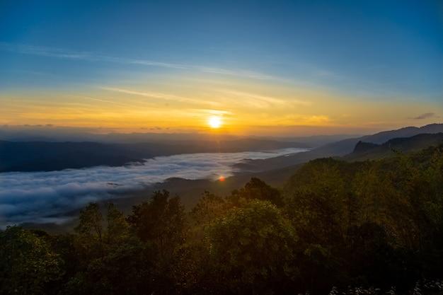 Morgensonne, die auf den berg steigt