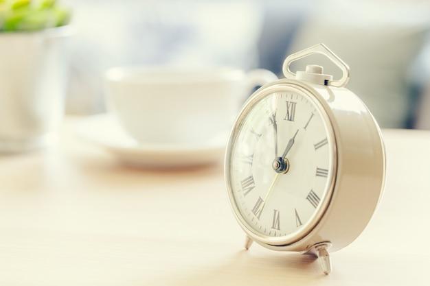 Morgensonne. wecker auf einem schönen