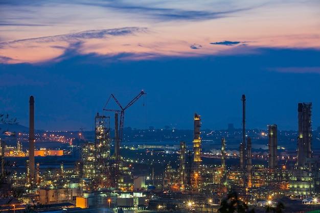 Morgenszene der ölraffinerieanlage und des kraftwerks der petrochemieindustrie in der dämmerungszeit