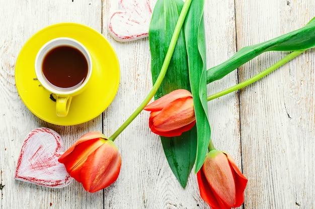 Morgentee und tulpen