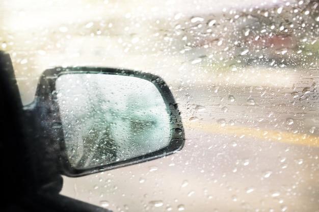 Morgenverkehr, blick durch die windschutzscheibe des regentages. selektiver fokus und farbe getönt.
