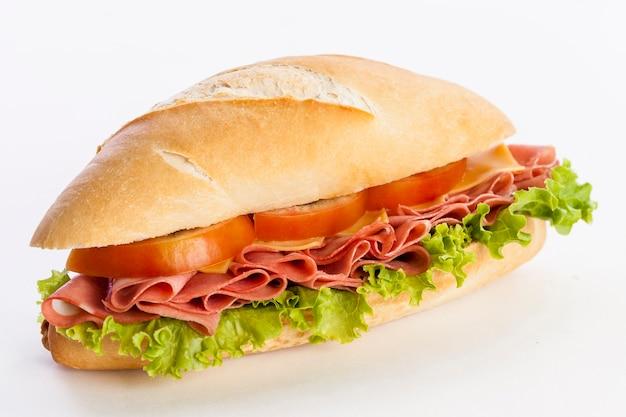 Mortadela-sandwich, auf einem weißen hintergrund